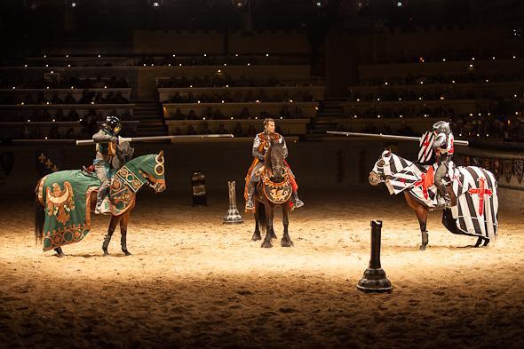 Medieval Times Dinner & Tournament (رستوران و نمایش قرون وسطی)