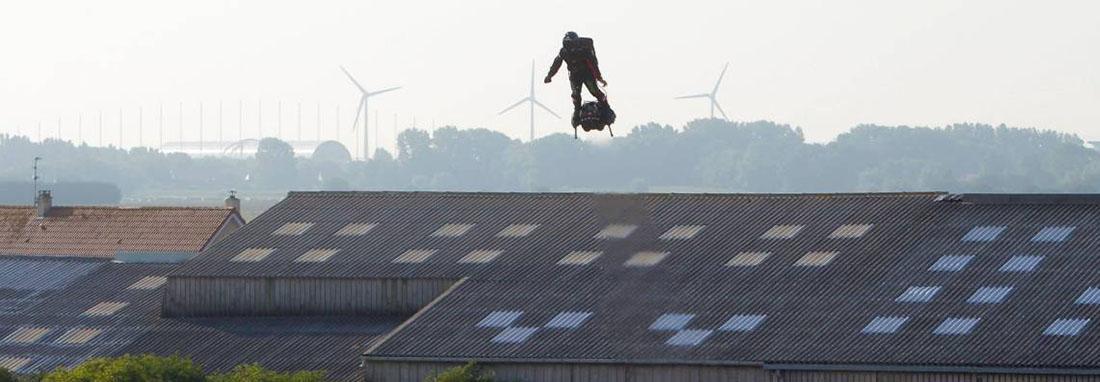 مرد پرنده راستا فرانسه به بریتانیا را پرواز کرد ، عبوری از کانال مانش با یک فلای بورد
